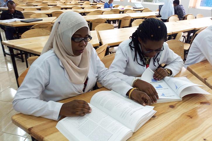 Pharmazieschülerinnen in der Bibliothek