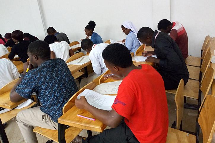 Pharmazieschüler im Klassenraum