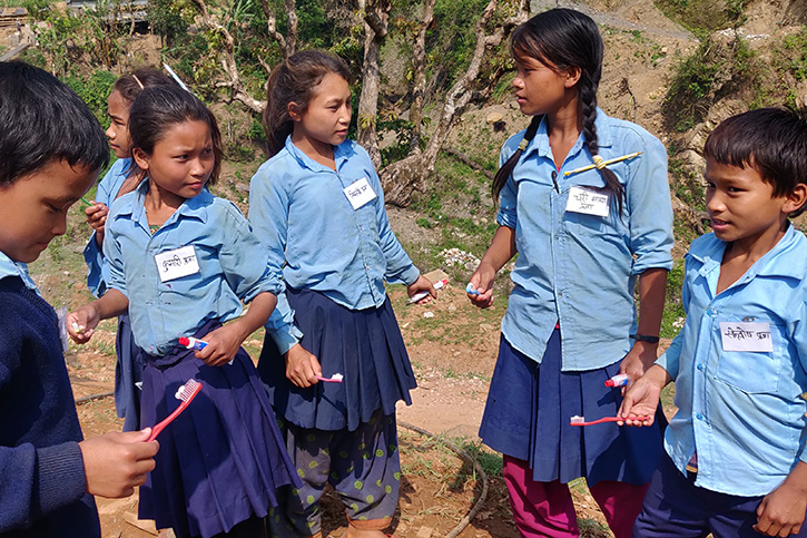 Kinder in Nepal putzen sich die Zähne