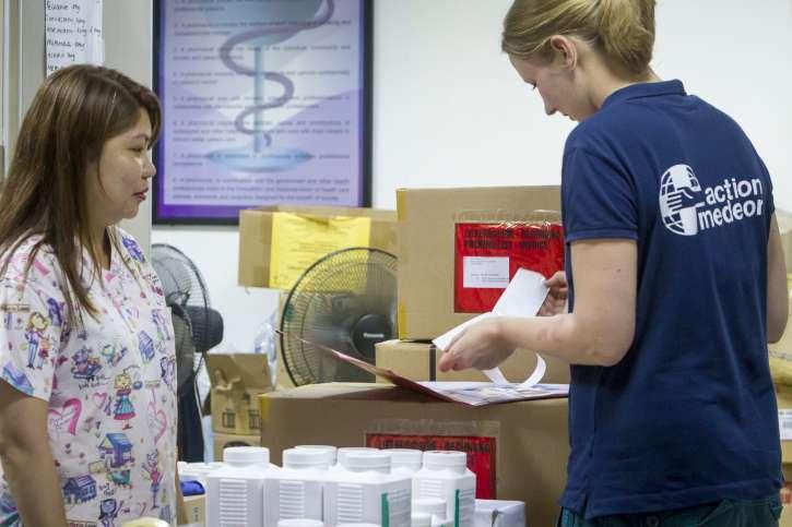 action medeor Mitarbeiterin bei der Medikamentenausgabe.