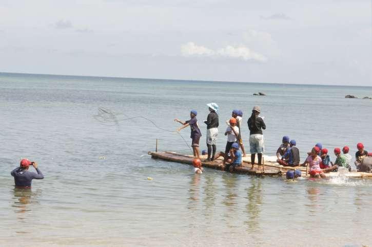 Menschen fischen im Wasser.