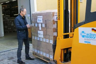 Christoph Bonsmann, member of the executive board of action medeor, checks the shipment for Yemen.