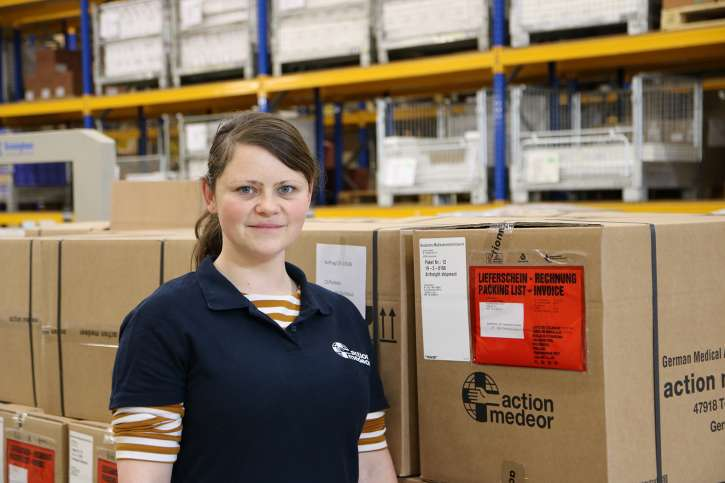 Before departing to Malawi: action medeor employee Mareike Illing in our warehouse in Tönisvorst.