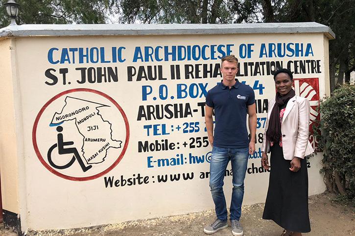 André Grulke mit der Leiterin des Monduli Rehabilitation Centers