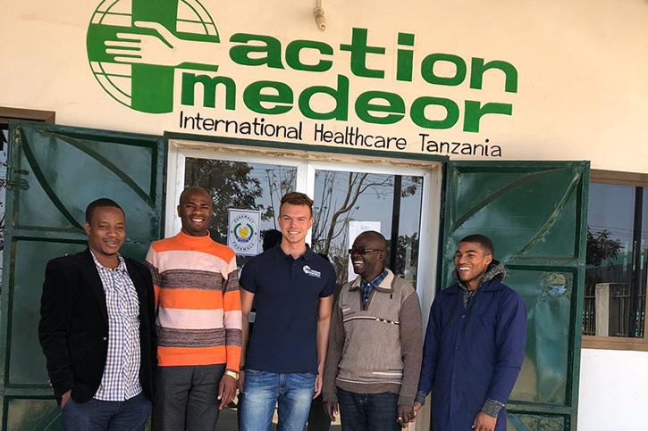 André Grulke und die Mitarbeiter von action medeor Tansania