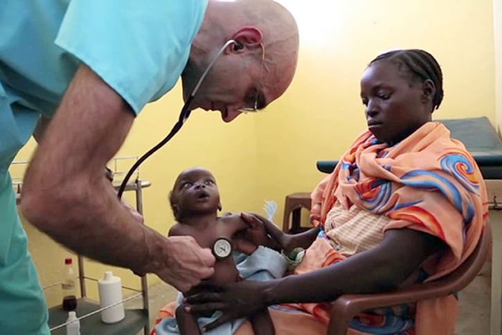 Dr. Catena untersucht Patienten im Mother of Mercy Hospital
