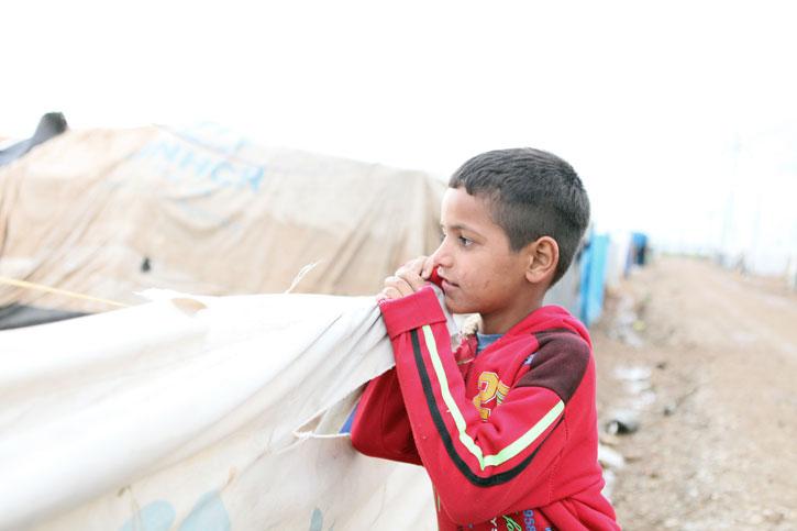 Der Junge im Flüchtlingslager Kabartu I. schaut in die Ferne.
