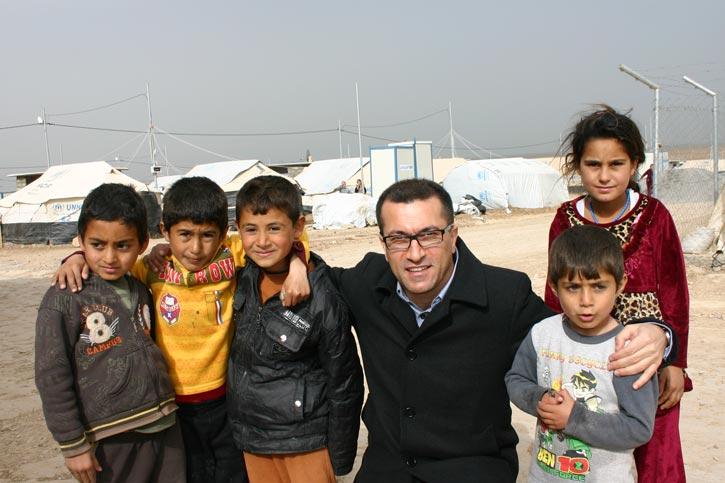 Dr. Baker und vier Kinder am Rande des Flüchtlingslager Kabartu I.