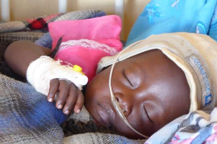 Die kleine Rita hat eine schwere Lungenentzündung und braucht dringend Medikamente.