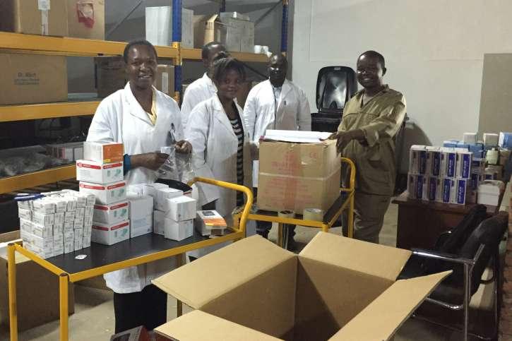 Im action medeor-Medikamentenlager wird unermüdlich für lokale Gesundheitsstationen gepackt.
