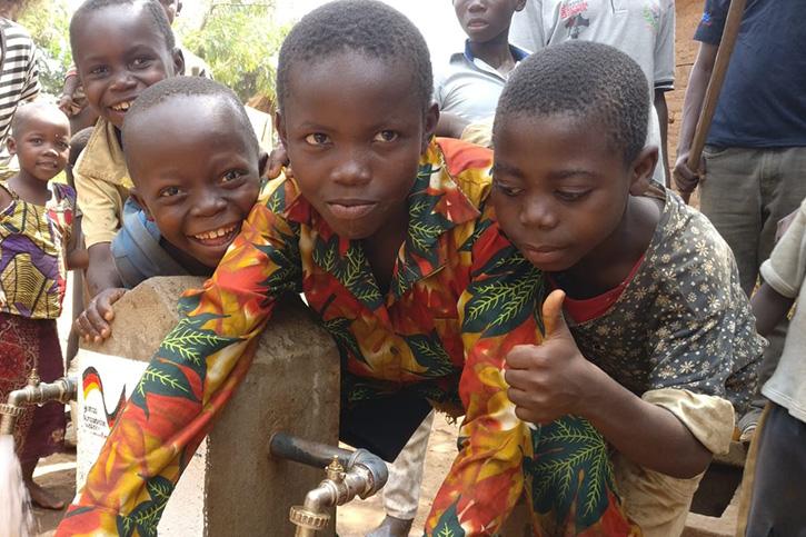Kinder in der DR Kongo an einer Wasserstelle