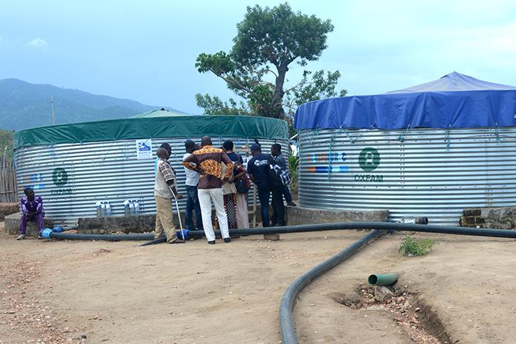 Zwei Wassertanks im Flüchtlingslager in der DR Kongo