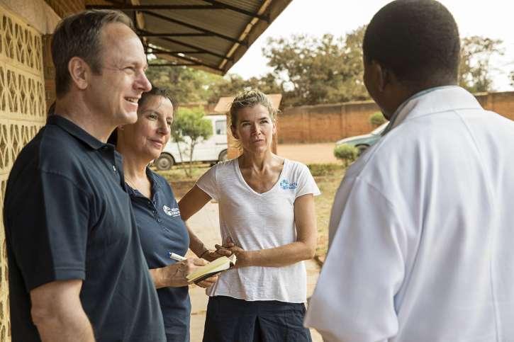 Anke Engelke, Angela Zeithammer und Christoph Bonsmann im Gespräch mit einem Arzt