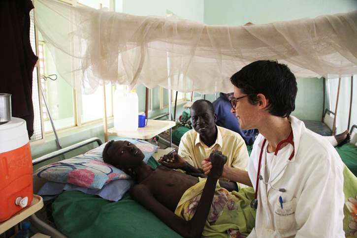 Dr. Marianna mit Jugendlichem im Kraneknhaus.