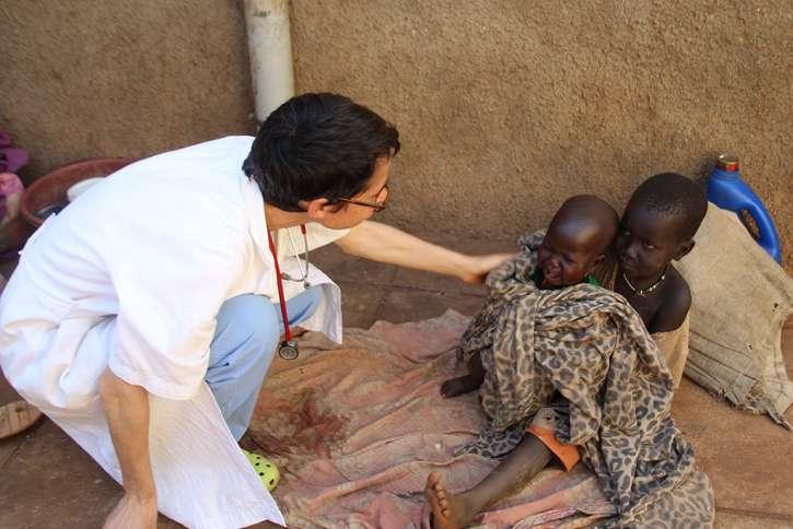 Dr. Marianna mit zwei Jungen auf dem Hof des Krankenhauses.