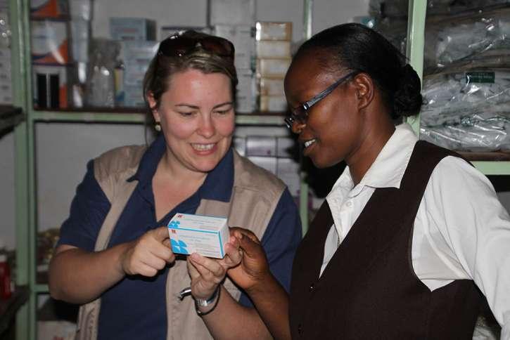 action medeor-Mitarbeiterin in der Apotheke des Krankenhauses.