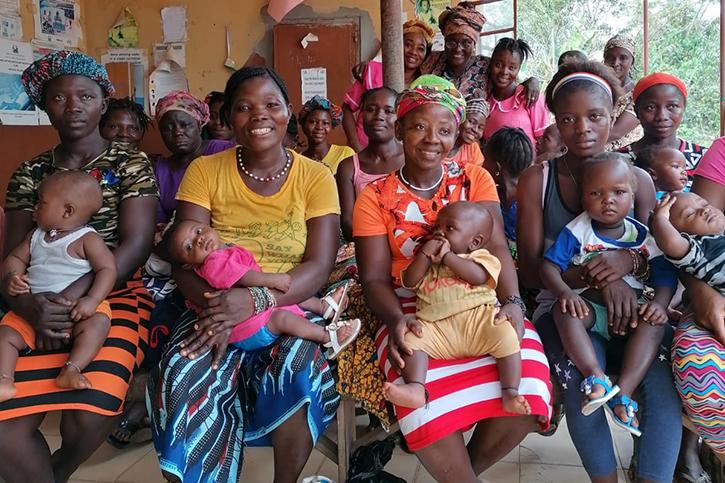 Frauen und Babys in Nengbema