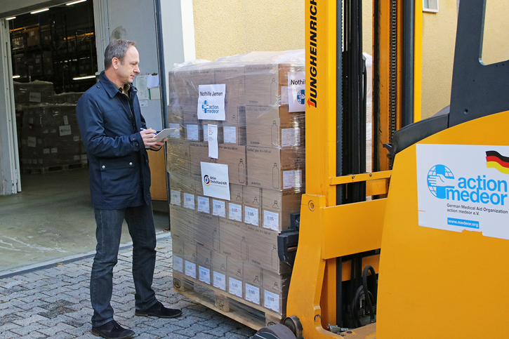 Vorstandssprecher Christoph Bonsmann überprüft die Lieferung in den Jemen.