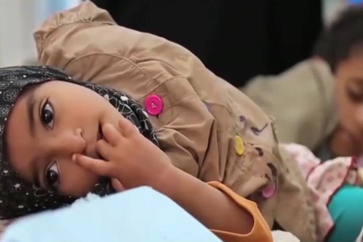 Ein Mädchen im Krankenhaus im Jemen