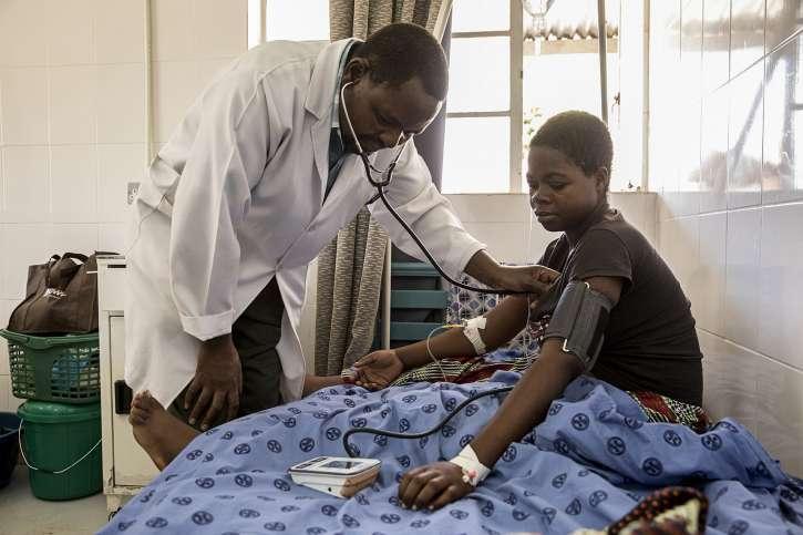 Arzt behandelt Patienten