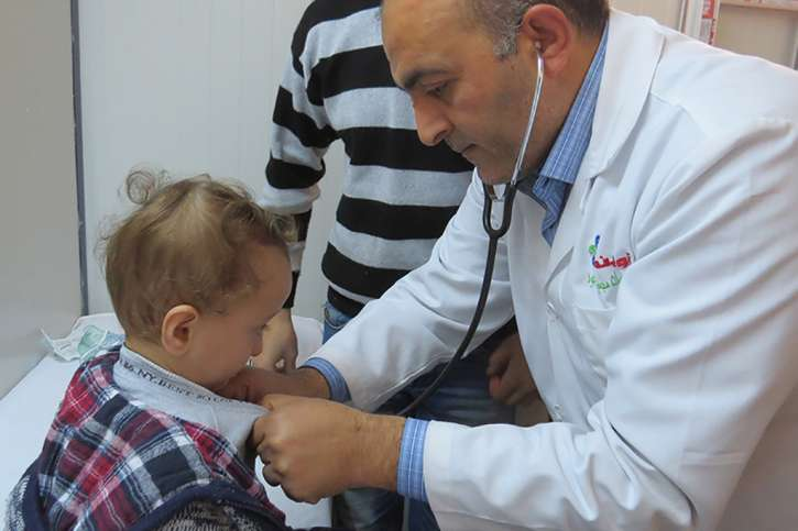 Arzt mit einem Kind im Krankenhaus