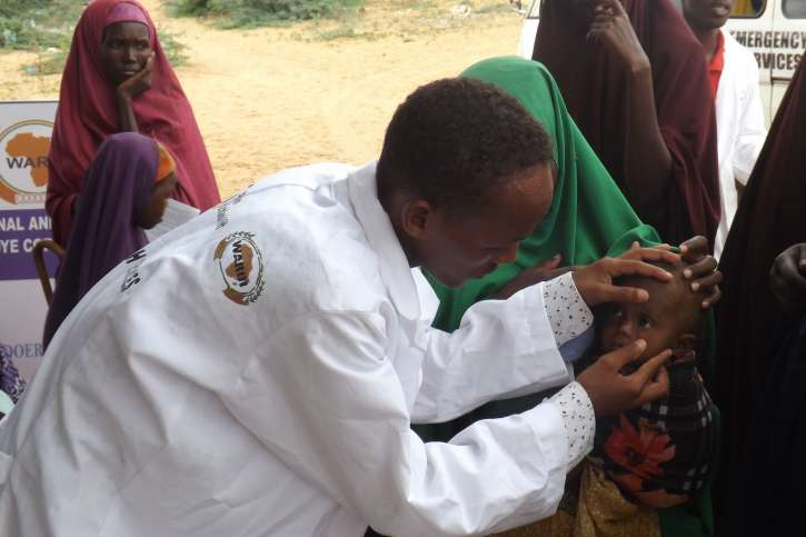 Arzt mit Kind in Somalia