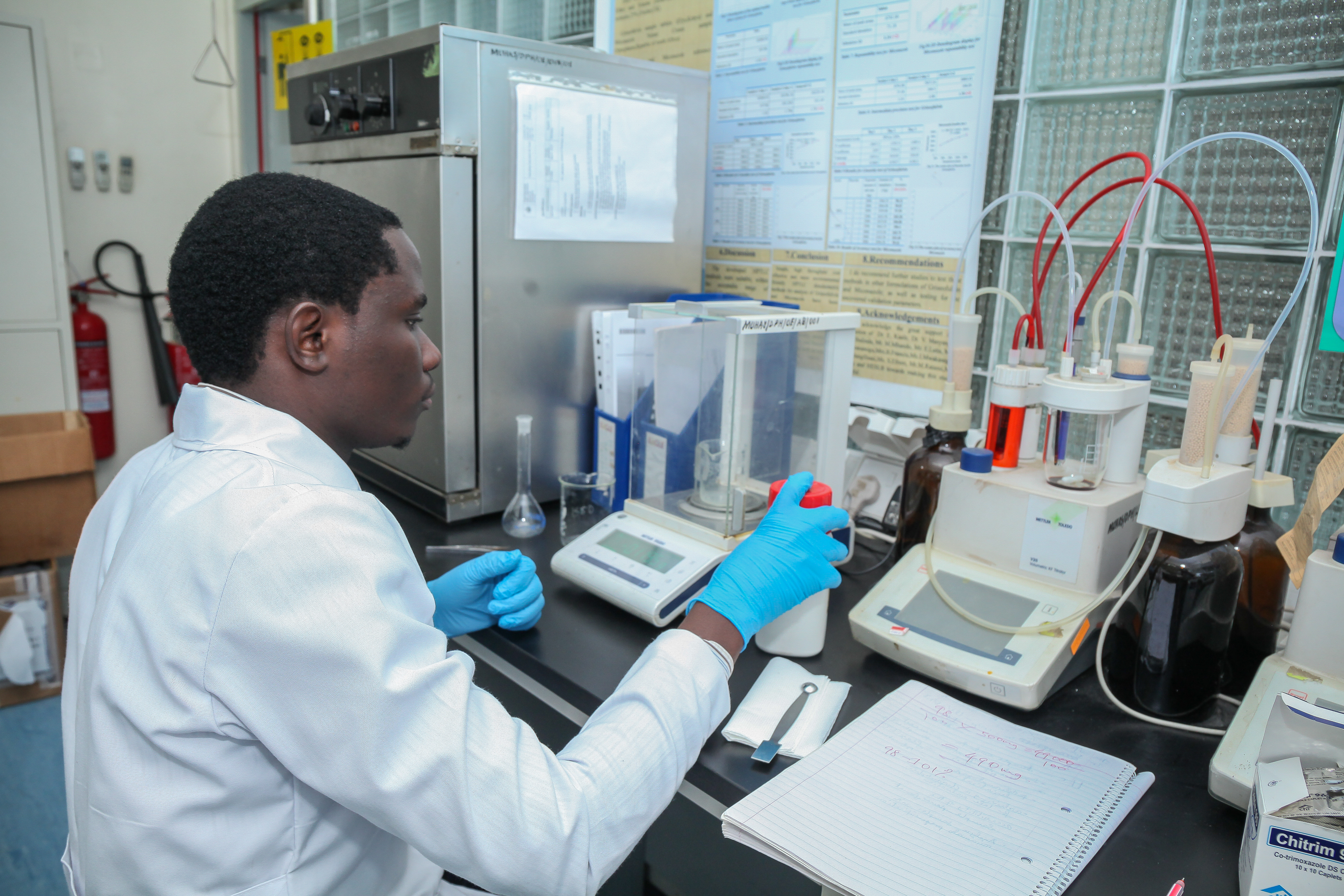 A student at the Muhimibilit university in Tansania extracts agents from African milk bush