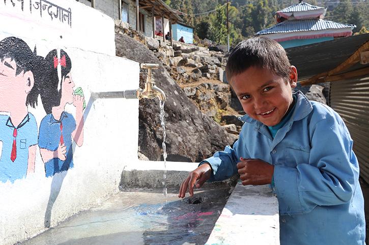 Kinder in Nepal waschen sich die Hände