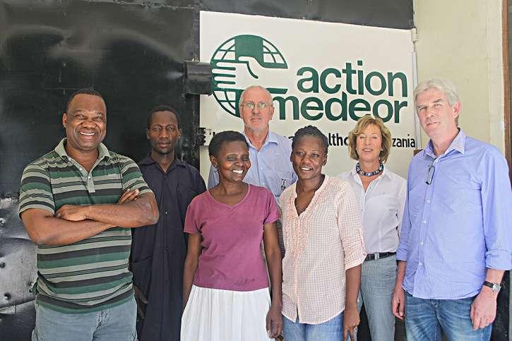 Hanni von Kameke mit Mitarbeitern von action medeor Tansania.