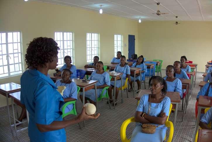 Auszubildende in der Hebammenschule.