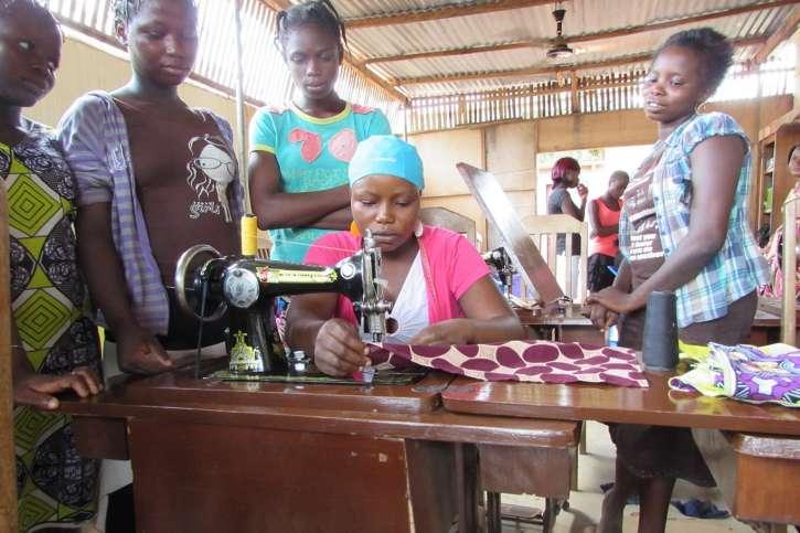 Mädchen in Togo macht eine Ausbildung zur Schneiderin.