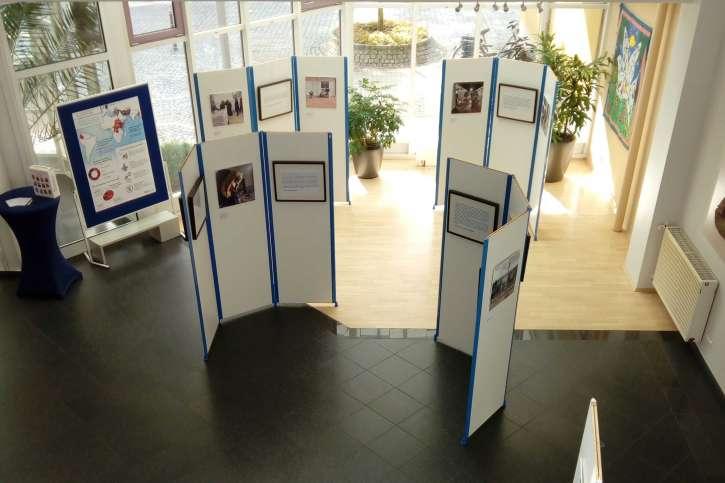 Die Ausstellungswände im Foyer von action medeor.