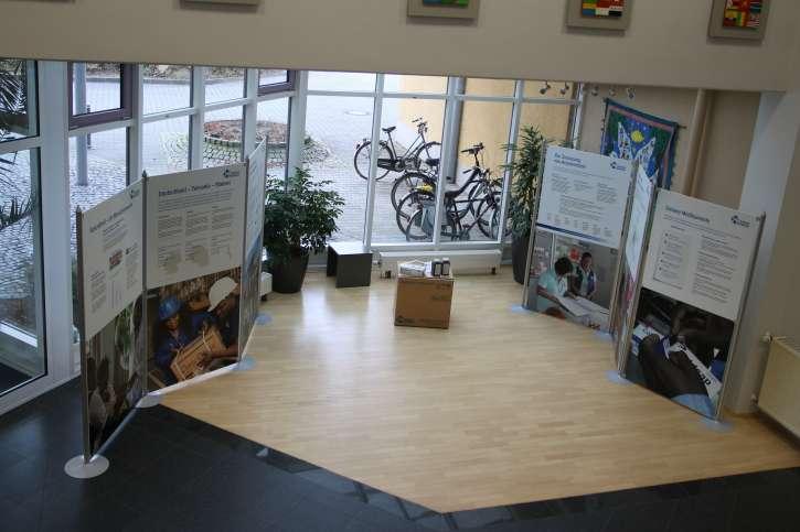 Beide Ausstellungswände im Foyer von action medeor.