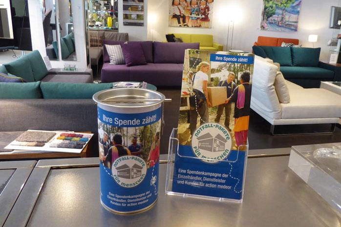 Die Spendendose und die Flyer zur Kampagne des Handelsverband NRW stehen bei aws Schöner wohnen in Düsseldorf.