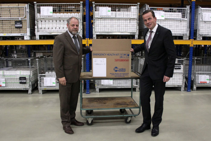 Bernd Pastors und Dr. Peter Achten vom Handelsverband NRW im Medikamentenlager in Tönisvorst.
