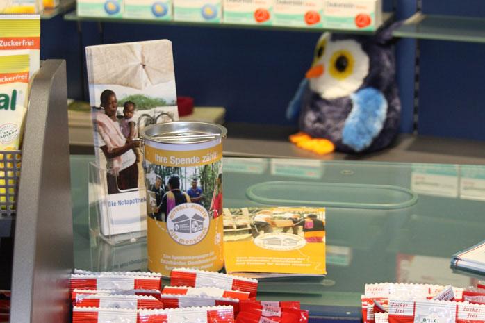 In der Apotheke liegen neben den Medikamenten Informationsmaterial und eien Spendendose zur Kampagne.