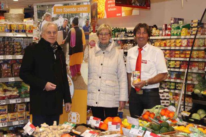 In dem Rewe-Supermarkt in Fischeln werden die Spendendosen zur Kampagne aufgestellt.