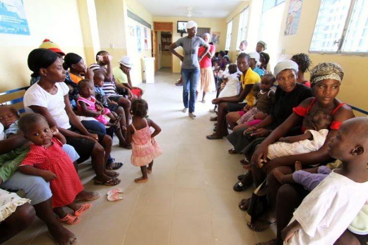 Mütter und Kinder im Wartezimmer.
