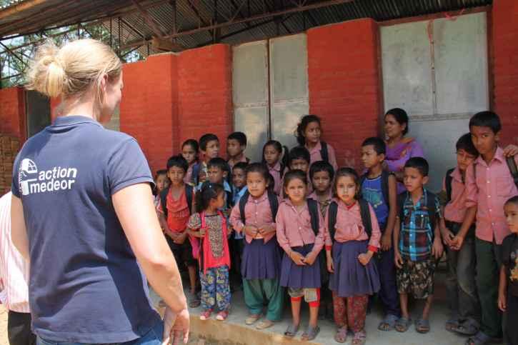 Schulklasse mit action medeor Mitarbeiterin.