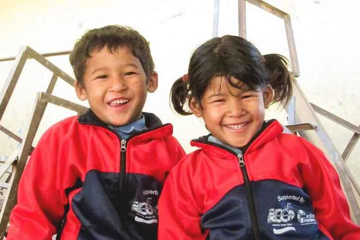 Kinder freuen sich über warme Kleidung.